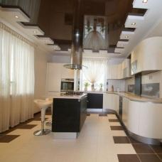 Дизайн интерьера с натяжными потолками современно и практично