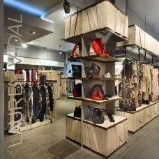 Привлекательный и функциональный дизайн интерьера магазина женской одежды