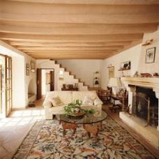 Современный и исторический дизайн интерьера гостиной с лестницей