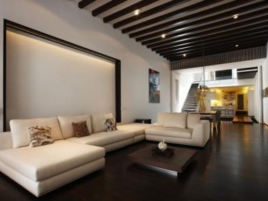 Дизайн интерьера с темным полом и светлой стеной