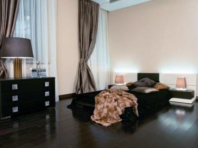 Дизайн интерьера с темным полом в современной квартире