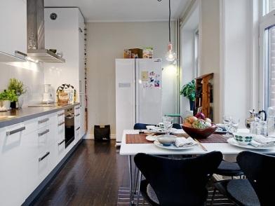 Дизайн интерьера с темным полом на кухне