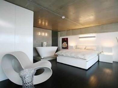 Дизайн интерьера с темным полом и бежевым потолком