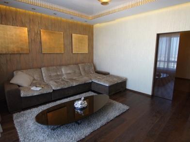 Дизайн интерьера с темным полом и ковриком