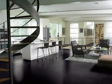 Дизайн интерьера с темным полом с и лестницей