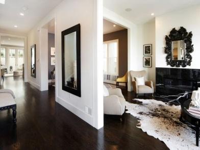 Дизайн интерьера с темным полом и ковром