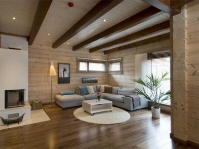 Дизайн интерьера с балками под потолком