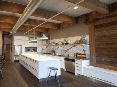 Дизайн интерьера с балками на кухне