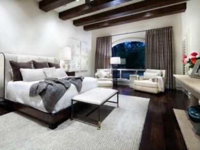 Дизайн интерьера с балками в комнате отдыха
