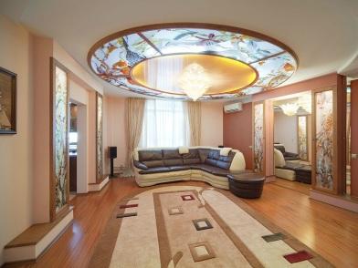 Витражи в дизайне интерьера с диваном