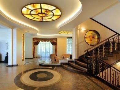Витражи в дизайне интерьера с лестницей