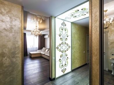 Витражи в дизайне интерьера коридора