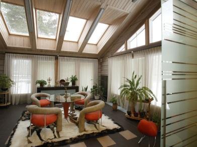 Дизайн интерьера мансарды деревянного дома для гостиной