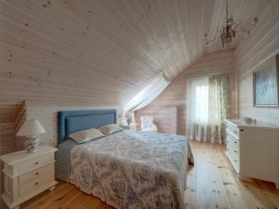 Дизайн интерьера мансарды деревянного дома для спальни