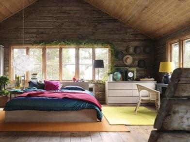 Дизайн интерьера мансарды деревянного дома с большими окнами