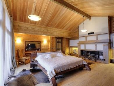 Дизайн интерьера мансарды деревянного дома с камином