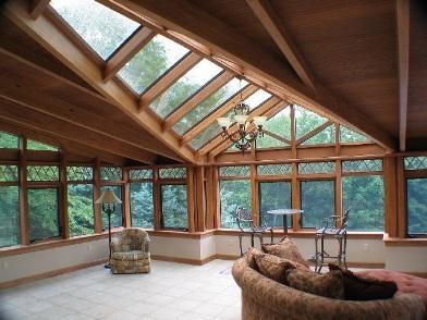 Дизайн интерьера мансарды деревянного дома с окнами на крыше