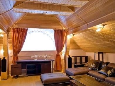современный дизайн интерьера мансарды деревянного дома