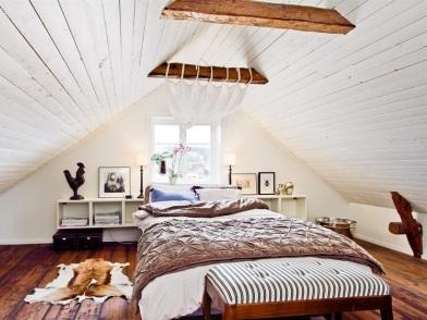 Дизайн интерьера мансарды деревянного дома спальни с балками