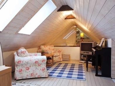 Дизайн интерьера мансарды деревянного дома с креслами