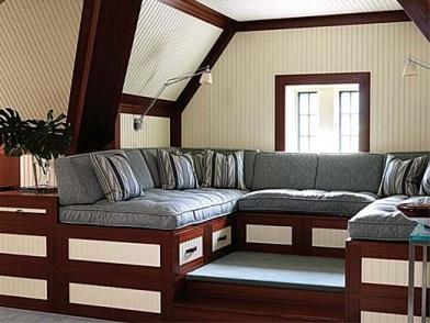 Дизайн интерьера мансарды деревянного дома с п диваном