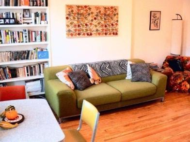 Осенний дизайн интерьера с диваном