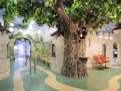 Дизайна интерьера детского центра с деревом