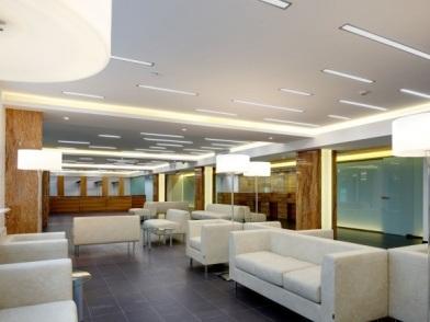 Дизайн интерьера медицинского центра с мягкой мебелью