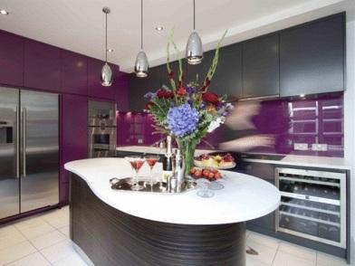 Фиолетовый цвет в дизайне интерьера на кухне