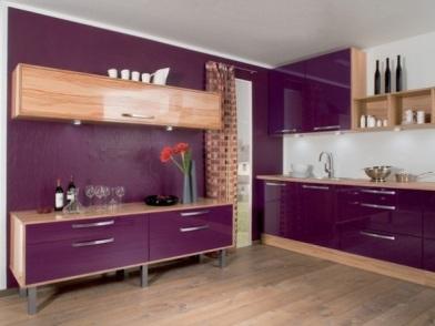 Фиолетовый цвет в дизайне интерьера со шкафами