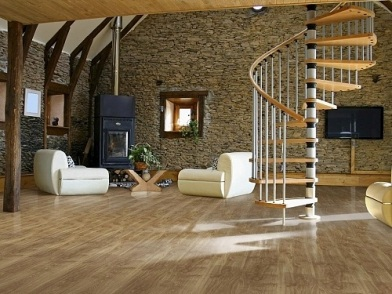 дизайн интерьера гостиной с лестницей в доме