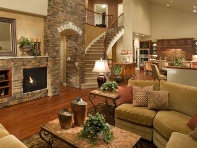 дизайн интерьера гостиной с лестницей и камином