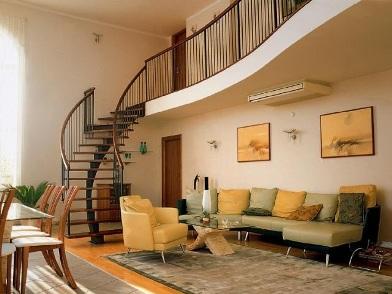 дизайн интерьера гостиной с лестницей и диваном
