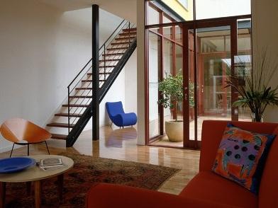 дизайн интерьера гостиной с лестницей в стиле ретро