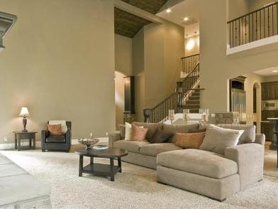 дизайн интерьера гостиной с лестницей в стиле модерн