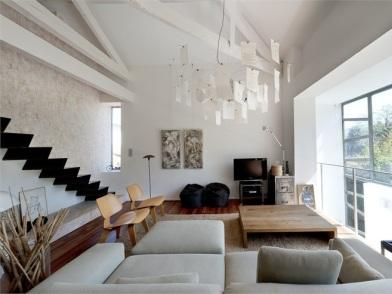 дизайн интерьера гостиной с лестницей и мягкой мебелью