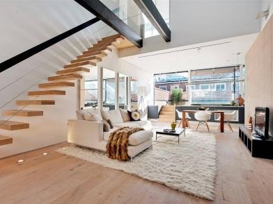 дизайн интерьера гостиной с лестницей в современном стиле