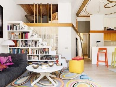 дизайн интерьера гостиной с лестницей из библиотеки