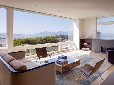 Минималистический дизайн интерьера с большим окном