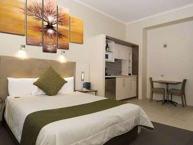 дизайн картин в интерьере квартир светлой спальни